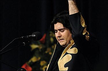 سالار عقیلی همراه با ارکستر سمفونیک تهران میخواند