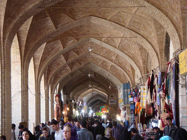 بازار بزرگ کرمان گذری به وسعت تاریخ/ بزرگترین راسته بازار ایران گردشگران را به خود می خواند