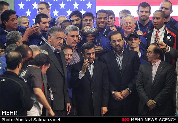 عکس یادگاری احمدینژاد با آمریکاییها/ بینظمی در اهدا جام و غیبت خادم