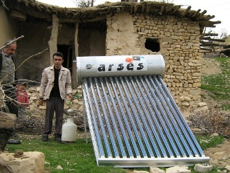 نصب آبگرم کن های خورشیدی در روستای آبلاران ساطع لردگان/ کاهش وابستگی به جنگل