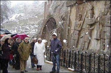 غفلت متولیان از کشف کتیبه ای ساسانی در فارس / سنگ تاریخی سر راه گردشگران