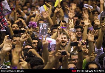 جشن پیروزی حامیان رئیس جمهور منتخب در خیابان های تهران/پخش گل و شیرینی