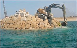 تخریب مرجان های هندورابی در پی ساخت رینگ آسفالت در اطراف جزیره