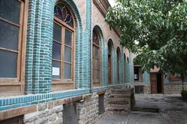 درهای بسته مدارس تاریخی ارومیه به روی گردشگران/ حصارها برداشته شود