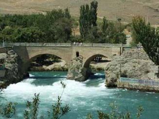 تشکیل زنجیره انسانی در حمایت از زاینده رود در چهارمحال و بختیاری / نگرانی ازانتقال آب توسط تونل گلاب