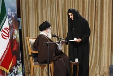 مريم هاشمی مدال طلای خود را به رهبر معظم انقلاب تقديم کرد