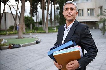 برخورد حراست یک بانک با یک نماینده وزیر اقتصاد را به پارلمان کشاند