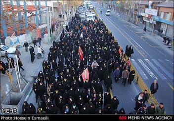 """پیاده روی عزاداران حسینی در خرم آباد برگزار شد/ آوای """"چمری"""" شهر را در سوگ نشاند"""