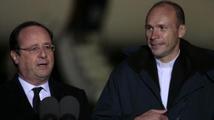 اولاند به استقبال کشیش آزاد شده رفت/ وعده رئیس جمهوری فرانسه برای کاهش بیکاری