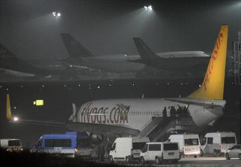 مصر للطيران: الافراج عن جميع الركاب فيما عدا طاقم الطائرة وخمس أجانب
