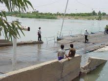 ۱۲ هزار نفر منتظر اعتبار ساخت پل در باوی/پل شناور زیر آب رفت