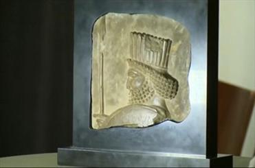 روحاني يعيد معه تمثال رأس الجندي الأخميني إلى إيران
