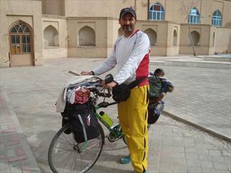 آن گردشگر با دوچرخه آمد/ سرو 4500 ساله ابركوه ميزبان ايرانگرد دوچرخه سوار