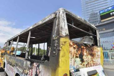 Çin'de yolcu otobüsü kamyonla çarpıştı: 11 ölü