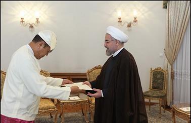سفیر میانمار استوارنامه خود را تقدیم روحانی ایران کرد/آمادگی ایران به میانمار در جهت بهبود روابط با مسلمانان