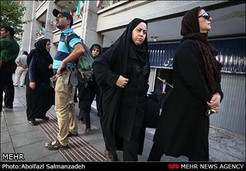 تجمع فعالان حقوق زنان مقابل مجلس در اعتراض به حوادث اسیدپاشی اصفهان