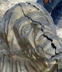 مجسمه دعبل خزاعی جانمایی نشده آسیب دید