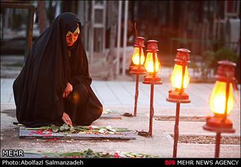 بانوان ورامینی مزار شهدای انقلاب اسلامی را گلباران کردند
