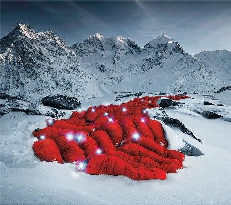 "title:""صعود عجیب کوهنوردان به یک قله از رشته کوههای آلپ- http://anamnews.com/"" alt:"" کوهنوردان خوابیده در کیسه خواب های قرمز-http://anamnews.com/"""